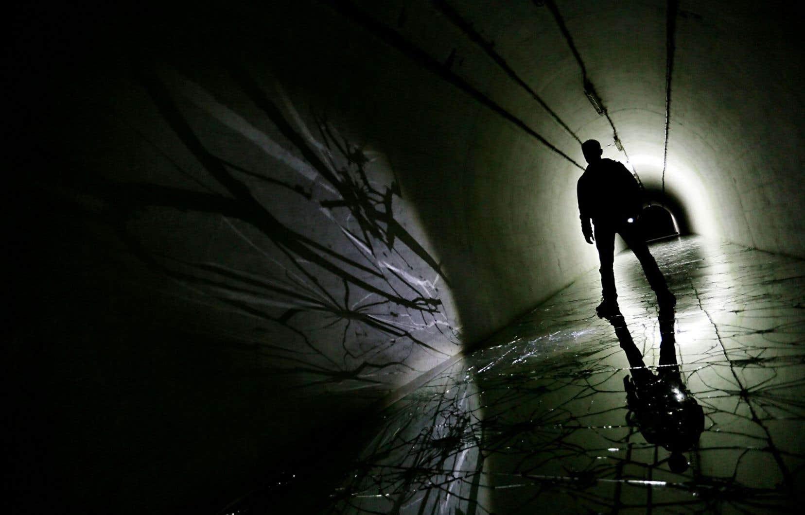 Le roman est construit sous forme d'allers-retours entre la vie dans le bunker et les souvenirs de Marcelo de sa vie d'avant.