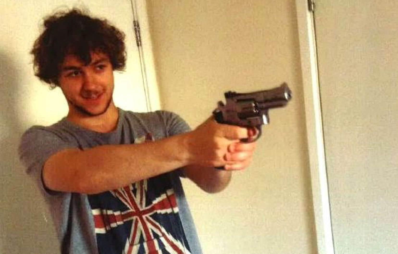 Cette image non datée publiée par le British Metropolitan Police Service à Londres le 3 mai 2017 montre Damon Joseph Smith pointant un revolver.