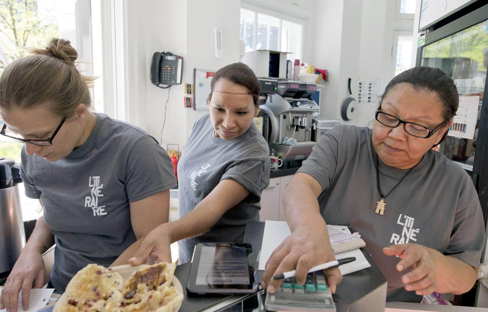 Shirley de Wind et Sarah Alaku doutaient de leurs capacités à travailler lorsqu'elles ont été embauchées par Mélodie Grenier (à gauche), coordonnatrice du café La Maison Ronde. Leur emploi leur permet de reprendre confiance en elles et de sortir de l'itinérance.