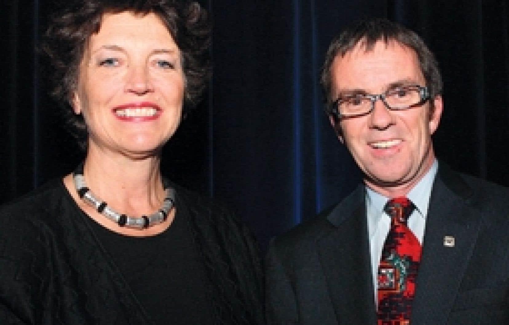Louise Roy, présidente du Conseil des arts de Montréal, et Roger Plamondon, président et chef de la direction par intérim de la Chambre de commerce du Montréal métropolitain, lors de la soirée de remise des prix Arts-Affaires