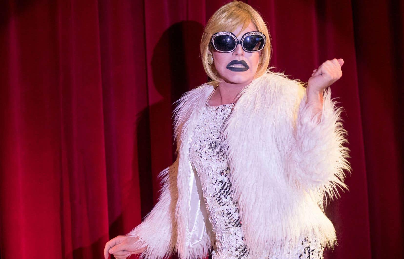 Le public québécois prend de plus en plus goût à voir des hommes habillés en diva danser, chanter et lancer des gags assassins.