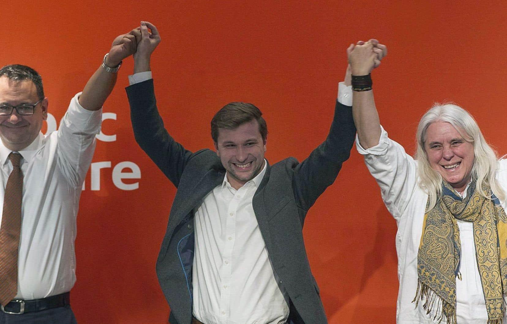 De gauche à droite, l'ex-co-porte-parole de Québec solidiaire, Andrés Fontecilla en compagnie des deux nouveaux représentants du parti, Gabriel Nadeau-Dubois et Manon Massé