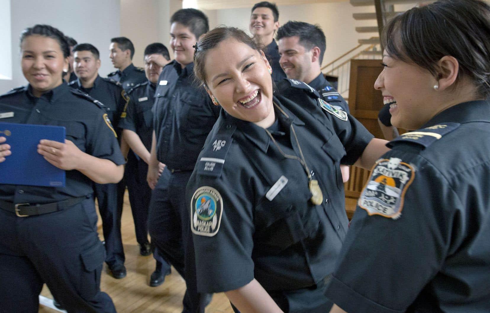 Un rapport du Comité sur la formation en matière d'interaction avec les membres des communautés autochtones, formé en 2016, faisait état des difficultés à recruter de jeunes policiers autochtones.
