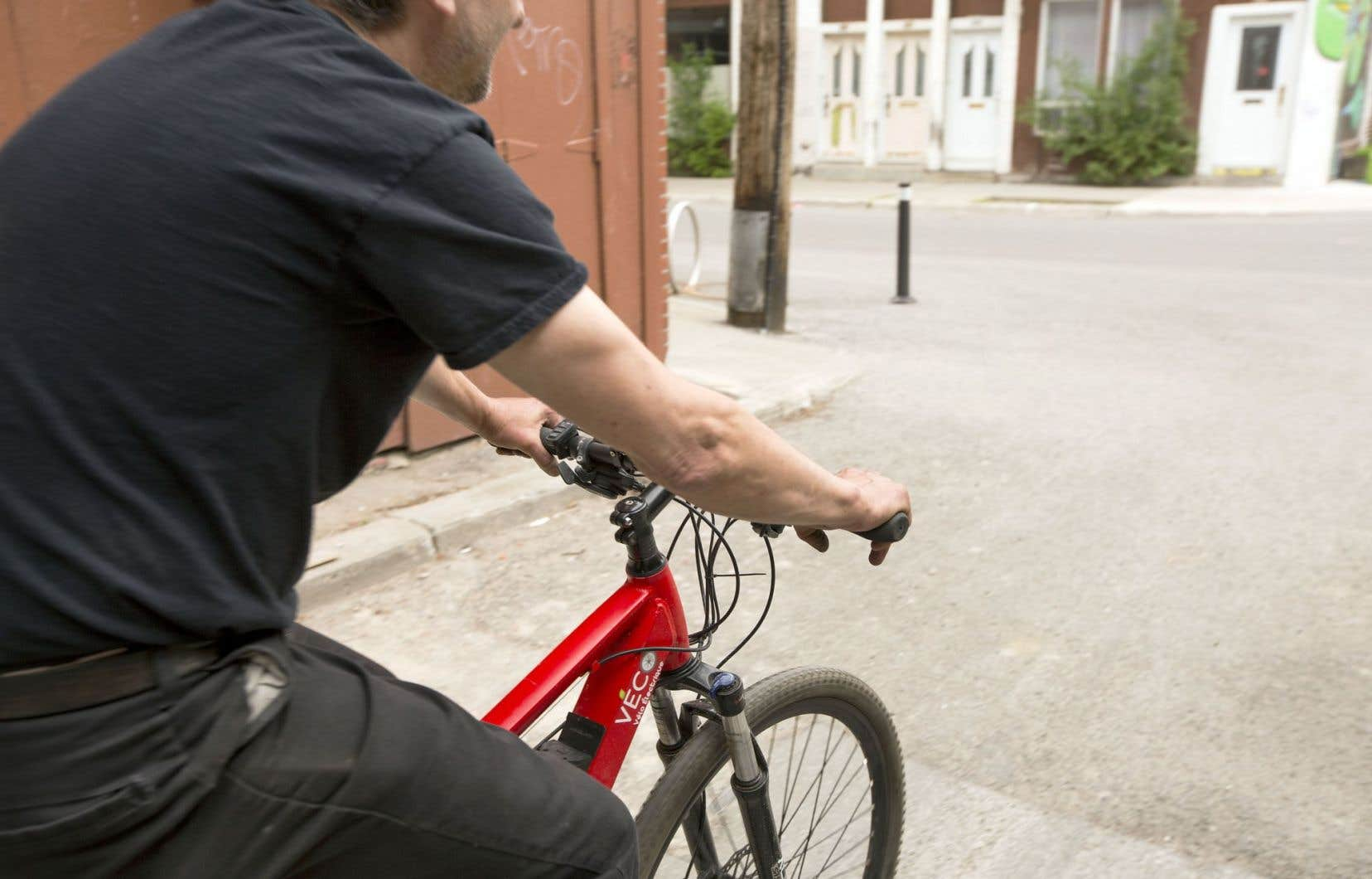 Le vélo électrique, qui permet de parcourir de plus grandes distances et de monter des côtes sans trop d'efforts, peut attirer certaines personnes, qui d'emblée ne seraient pas tentées par le vélo, ni par l'activité physique.