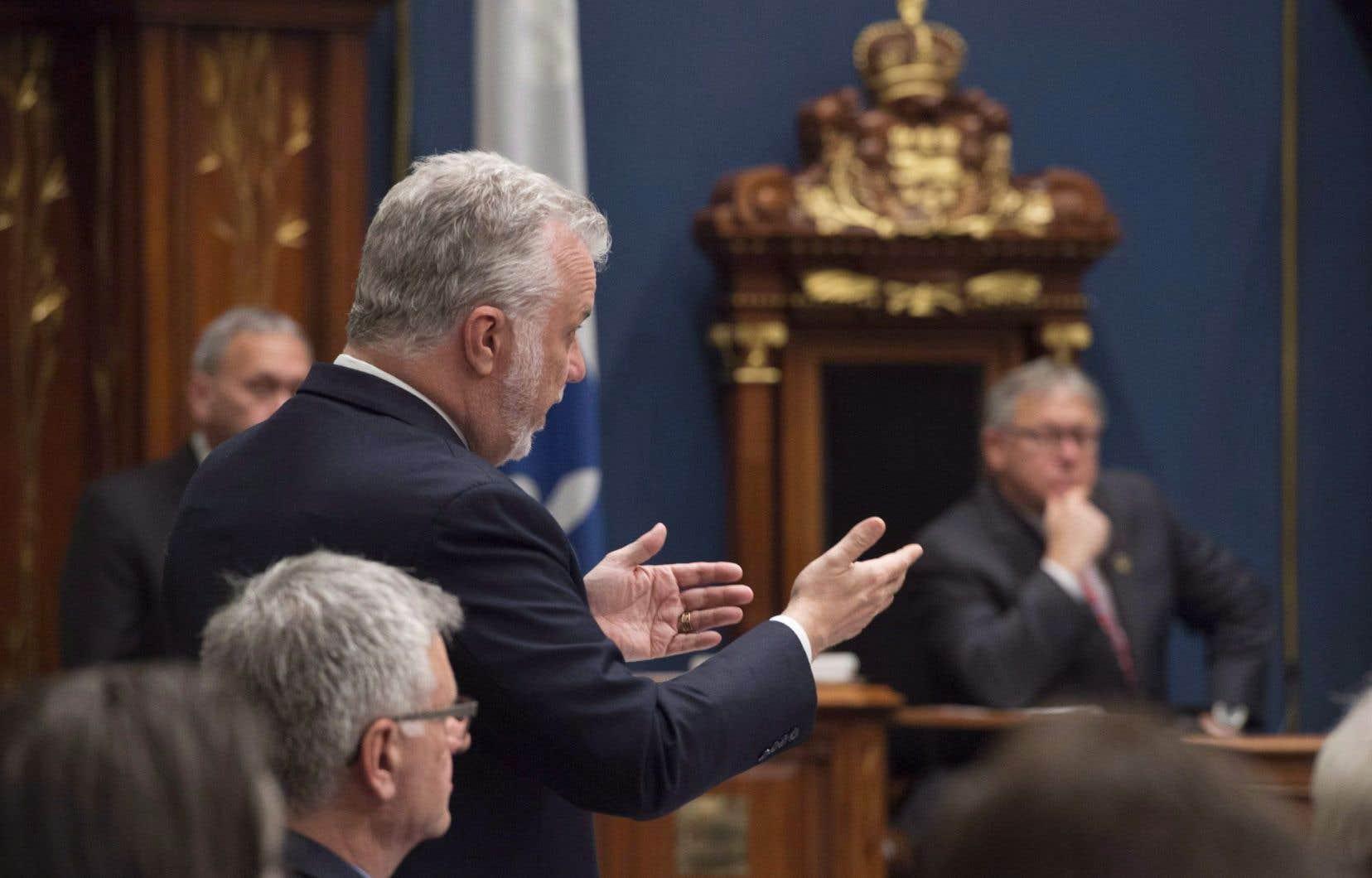 Le premier ministre Philippe Couillard a dû répondre aux questions de l'opposition après les nouvelles révélations de l'équipe d'enquête des quotidiens de Québecor sur ses liens avec Marc-Yvan Côté.