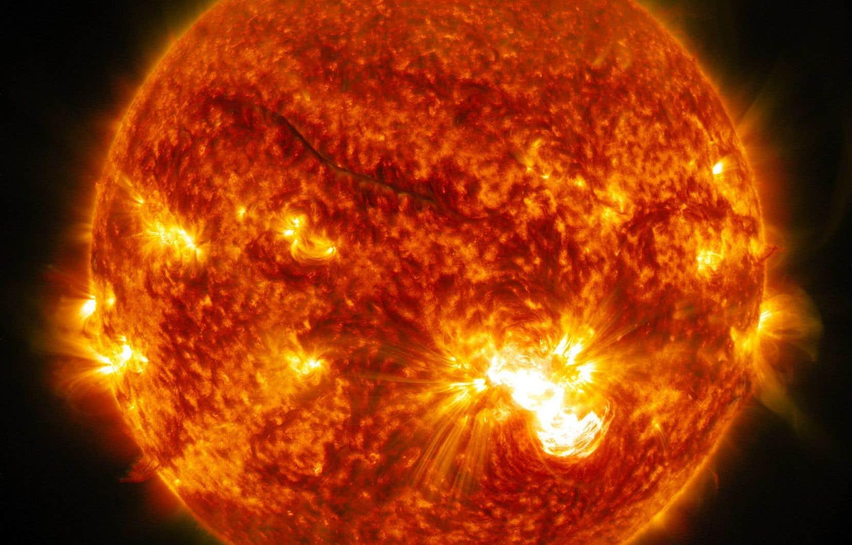 Par endroits, la couronne solaire peut atteindre deux millions de degrés, tandis que la température à la surface du soleil ne dépasse 5800 degrés.