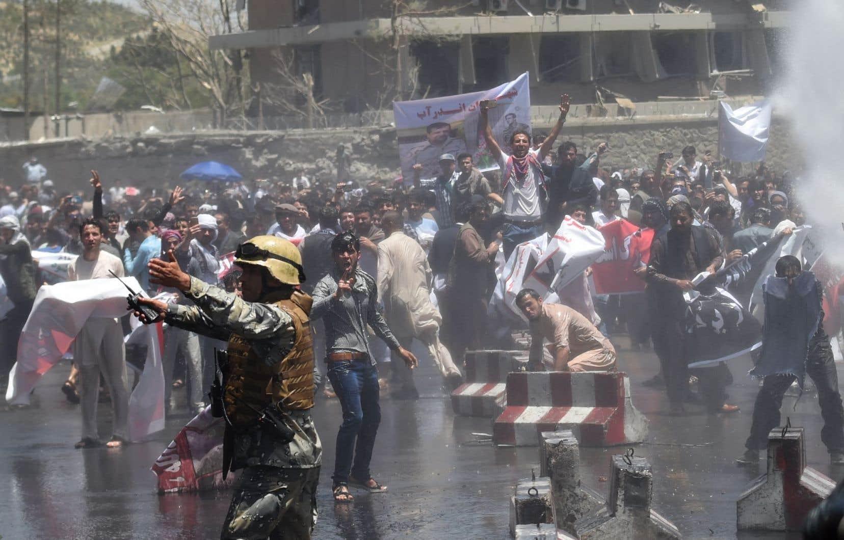 Les manifestants, dont certains armés de pierres, s'étaient rassemblés près du site de l'explosion, scandant des slogans antigouvernementaux, et «Mort aux talibans».