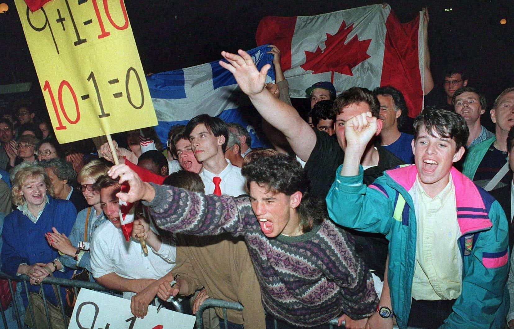 Des manifestants montrent leur soutien à l'accord du lac Meech quelques heures avant que celui-ci soit définitivement rejeté en juin 1990.