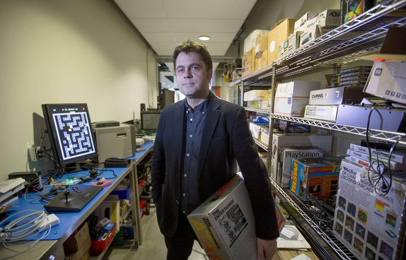 Darren Wershler, professeur passionné par la littérature, les communications et les médias, a trouvé dans l'obsolescence rapide des consoles de jeux vidéo un sujet d'étude inespéré.