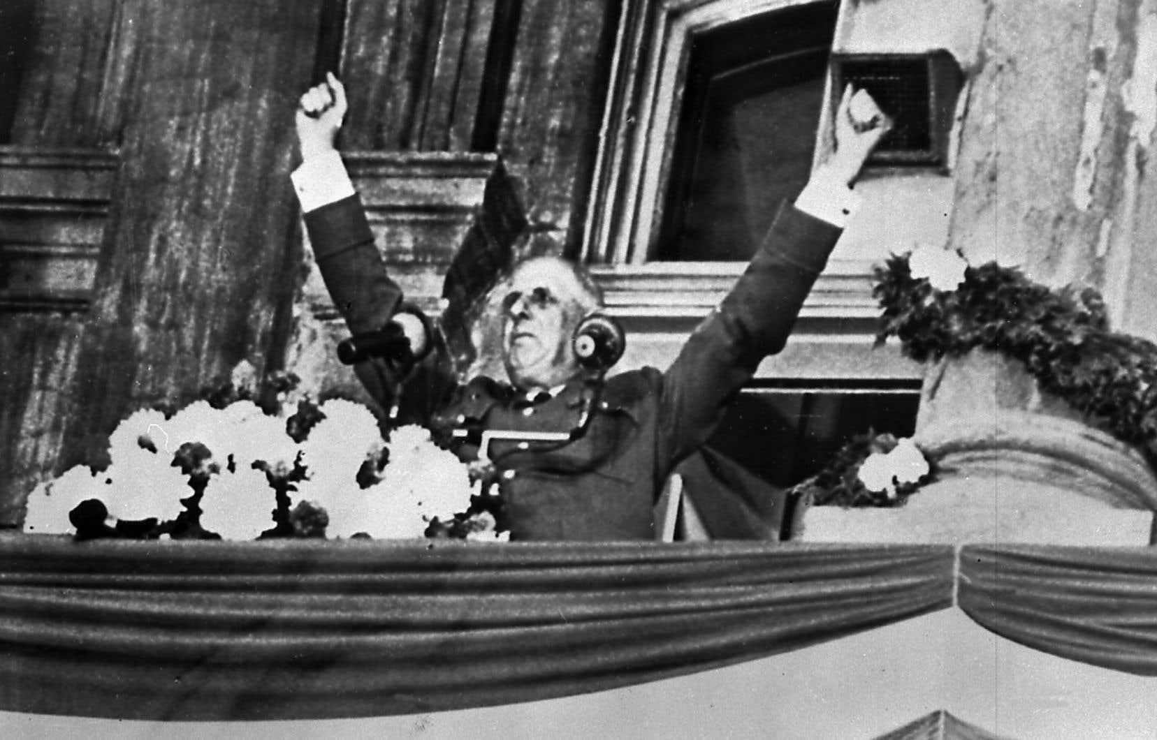 Charles de Gaulle saluant la foule de Montréal, le 24 juillet 1967