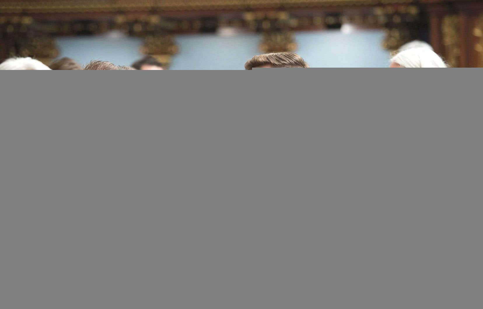 Le nouveau député de Québec solidaire dans Gouin, Gabriel Nadeau-Dubois, est salué par le leader parlementaire du Parti québécois, Pascal Bérubé, sous le regard de sa collègue Manon Massé.