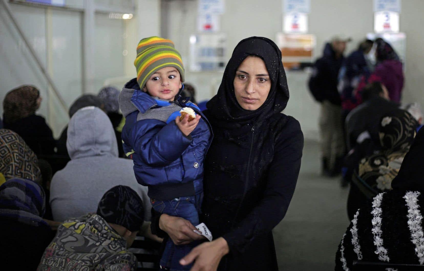 Une Syrienne attend avec son enfant pour s'enregistrer dans un bureau des Nations unies à Beyrouth, au Liban.