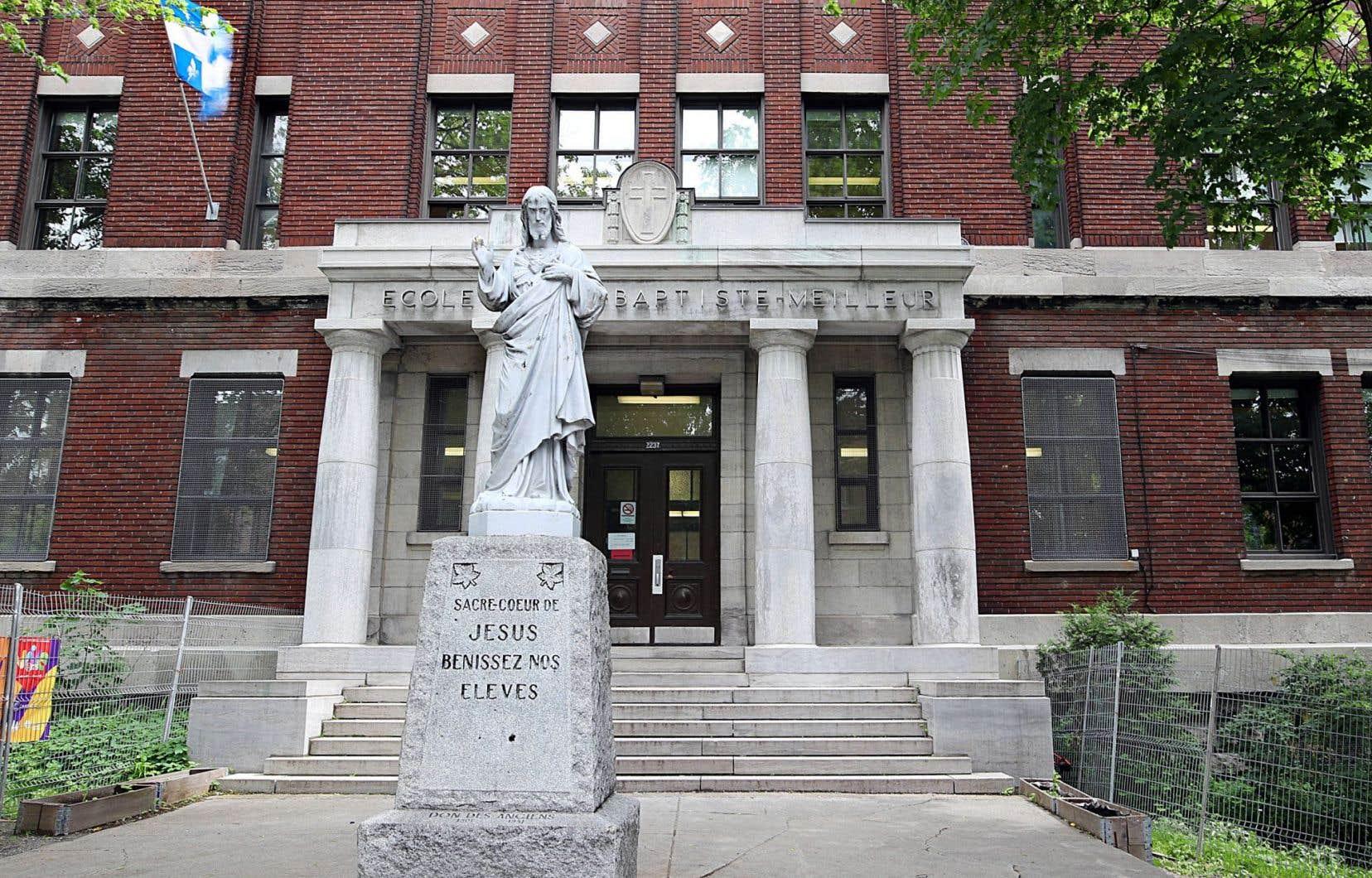 Les écoles qu'on va construire au début du XXe siècle sont de gros bâtiments de pierres grises ou de briques rouges, plutôt austères. Ils ressemblent assez à des couvents ou, du moins, aux différents édifices occupés par les religieux.