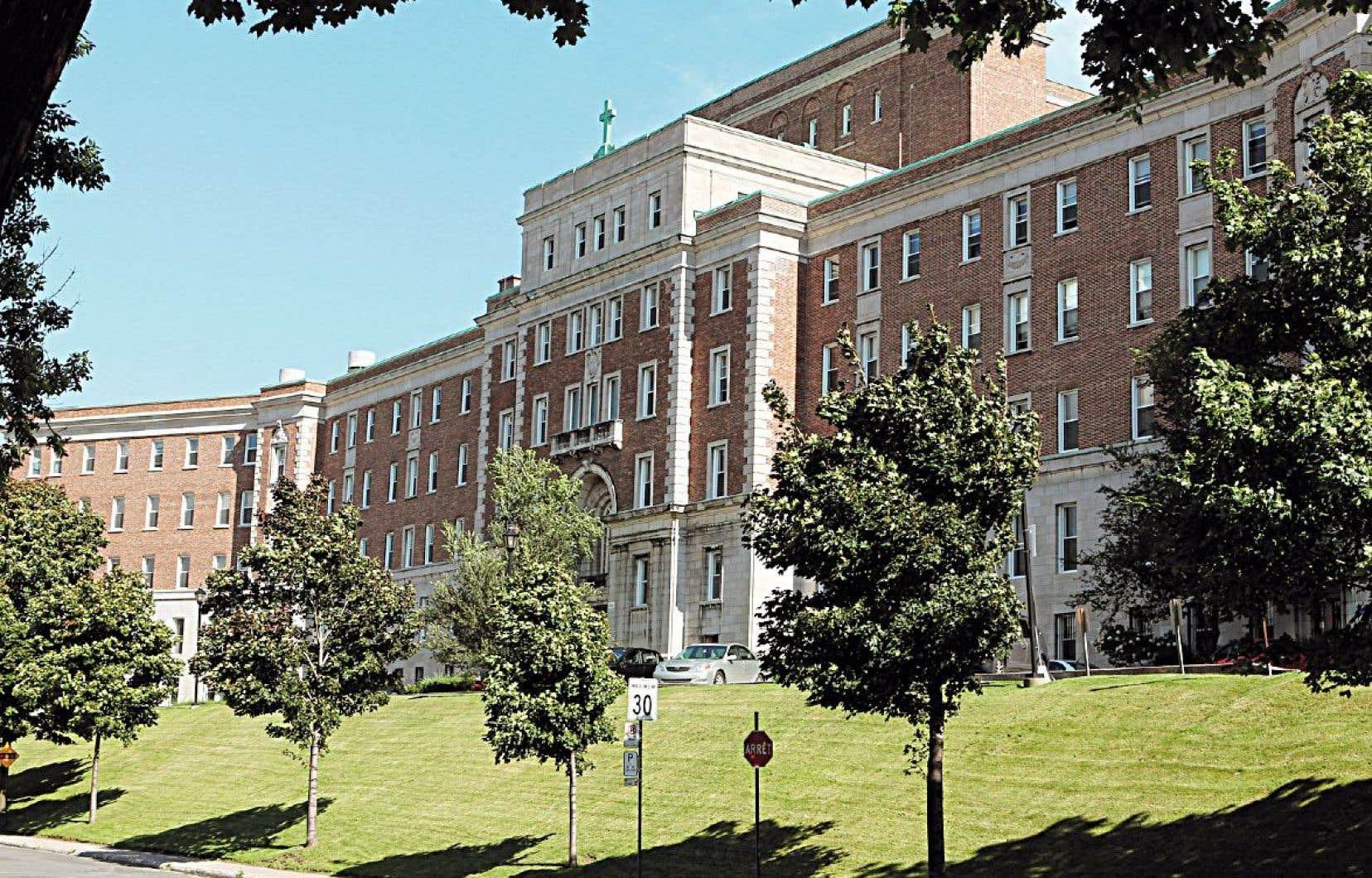 L'ancien couvent des Sœurs des Saints Noms de Jésus et de Marie, qui avait été acquis en 2015 par un promoteur immobilier, est de nouveau à vendre.<br />