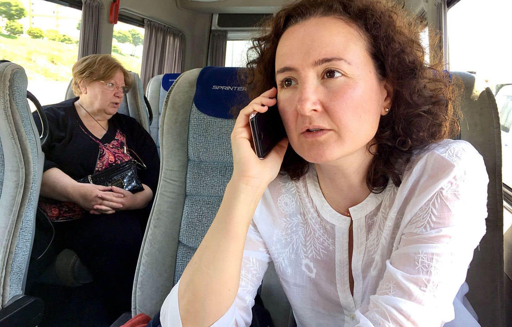 Yonca Verdioglu en route vers la prison où est enfermé son mari, le journaliste Ahmet Sik