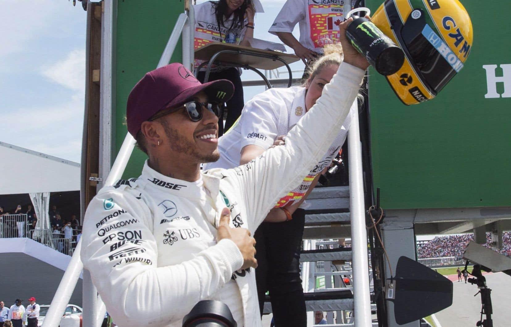Le pilote Lewis Hamilton salue la foule après avoir obtenu la position de tête samedi.