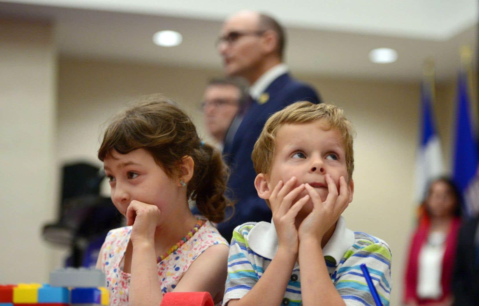 Des enfants ont été mis à contribution dans le cadre de l'annonce du ministre fédéral du Développement social, Jean-Yves Duclos, portant sur les garderies.