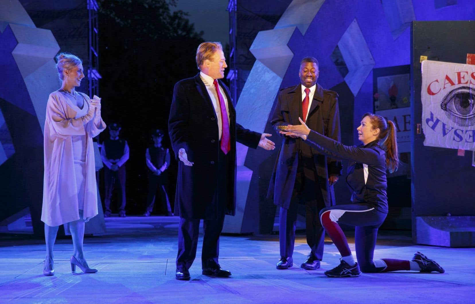 Dans cette pièce de près de deux heures, Jules César est incarné par un homme d'affaires blond ressemblant étrangement au président américain.