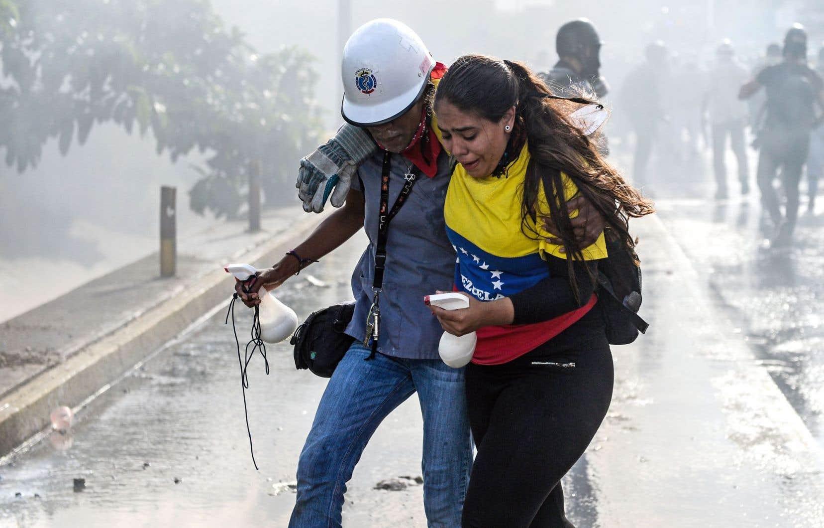 Deux opposants à Maduro après une manifestation cette semaine à Caracas. L'auteur rappelle que l'Amérique latine a déjà connu trop d'interventions militaires effectuées sous des prétextes humanitaires mais qui «n'ont jamais servi que les intérêts impérialistes».