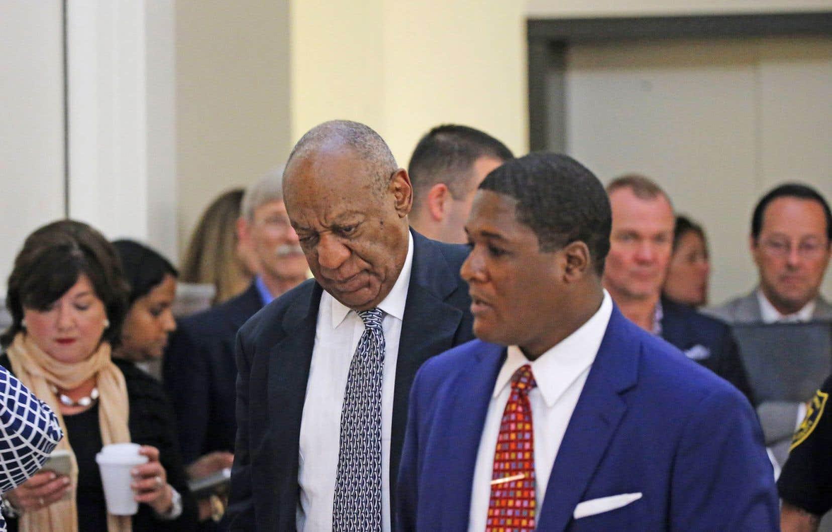L'acteur Bill Cosby se rend à la salle d'audience pour le cinquième jour de délibérations de son procès.