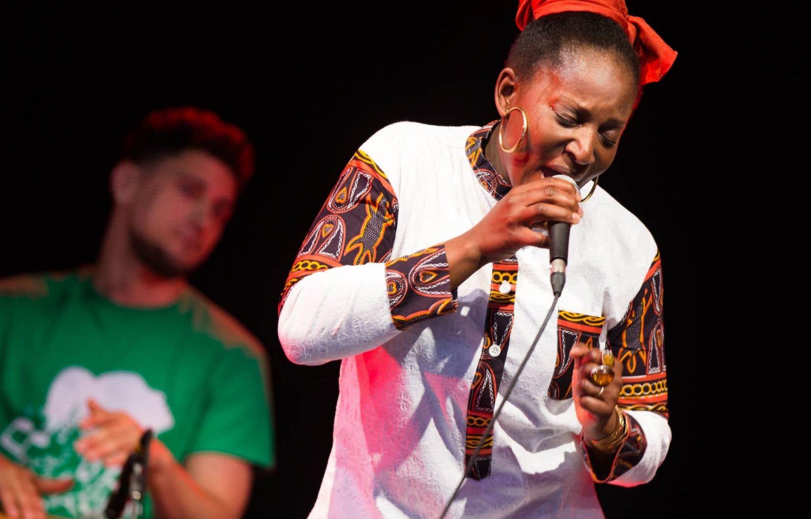 Laetitia Zonzambé a entamé le spectacle dans une montée céleste, puis en poussant fortement la voix.