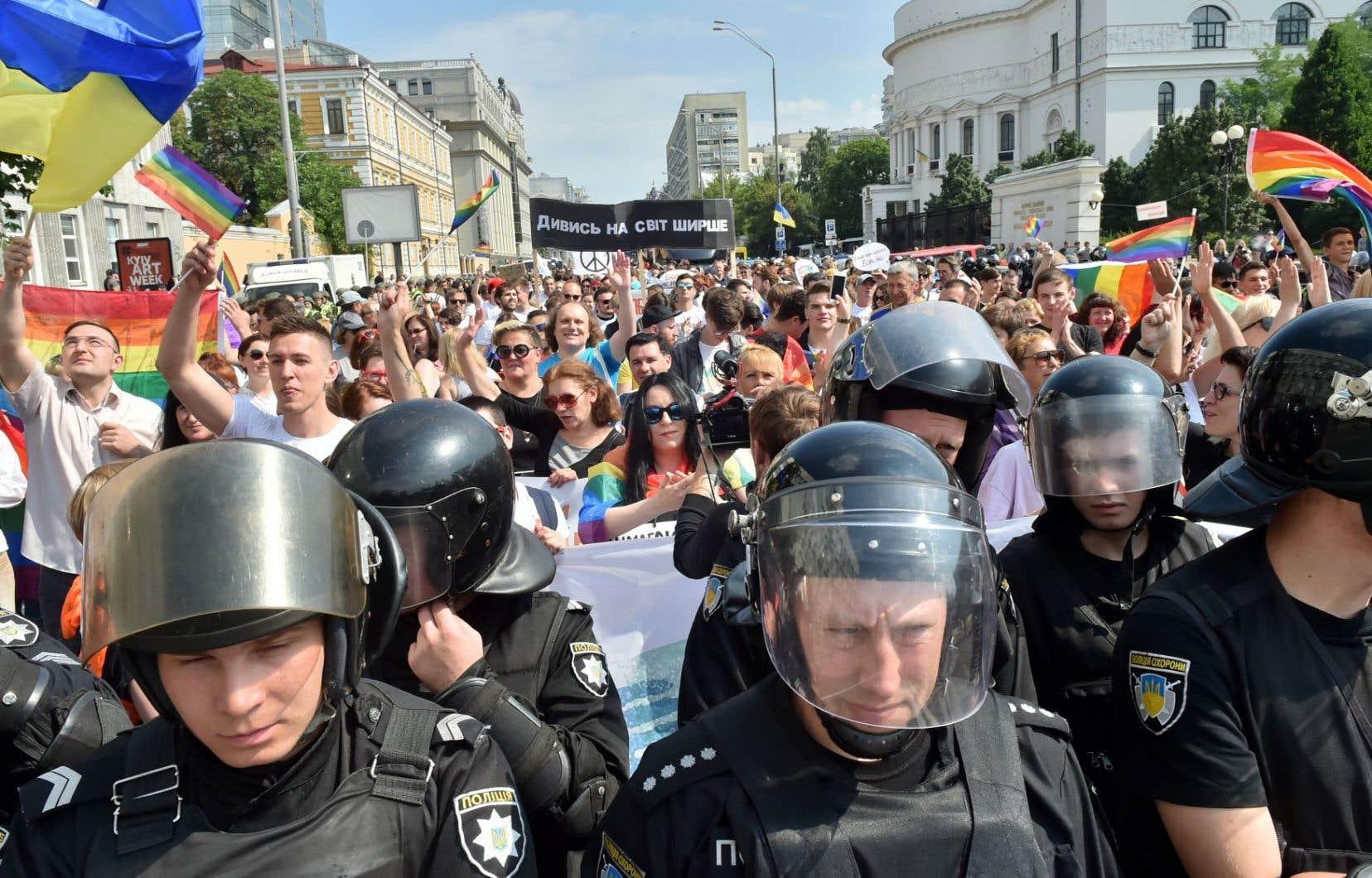 À Kiev, les participants ont défilé à travers le centre de la capitale protégés par plus de 5000 policiers.
