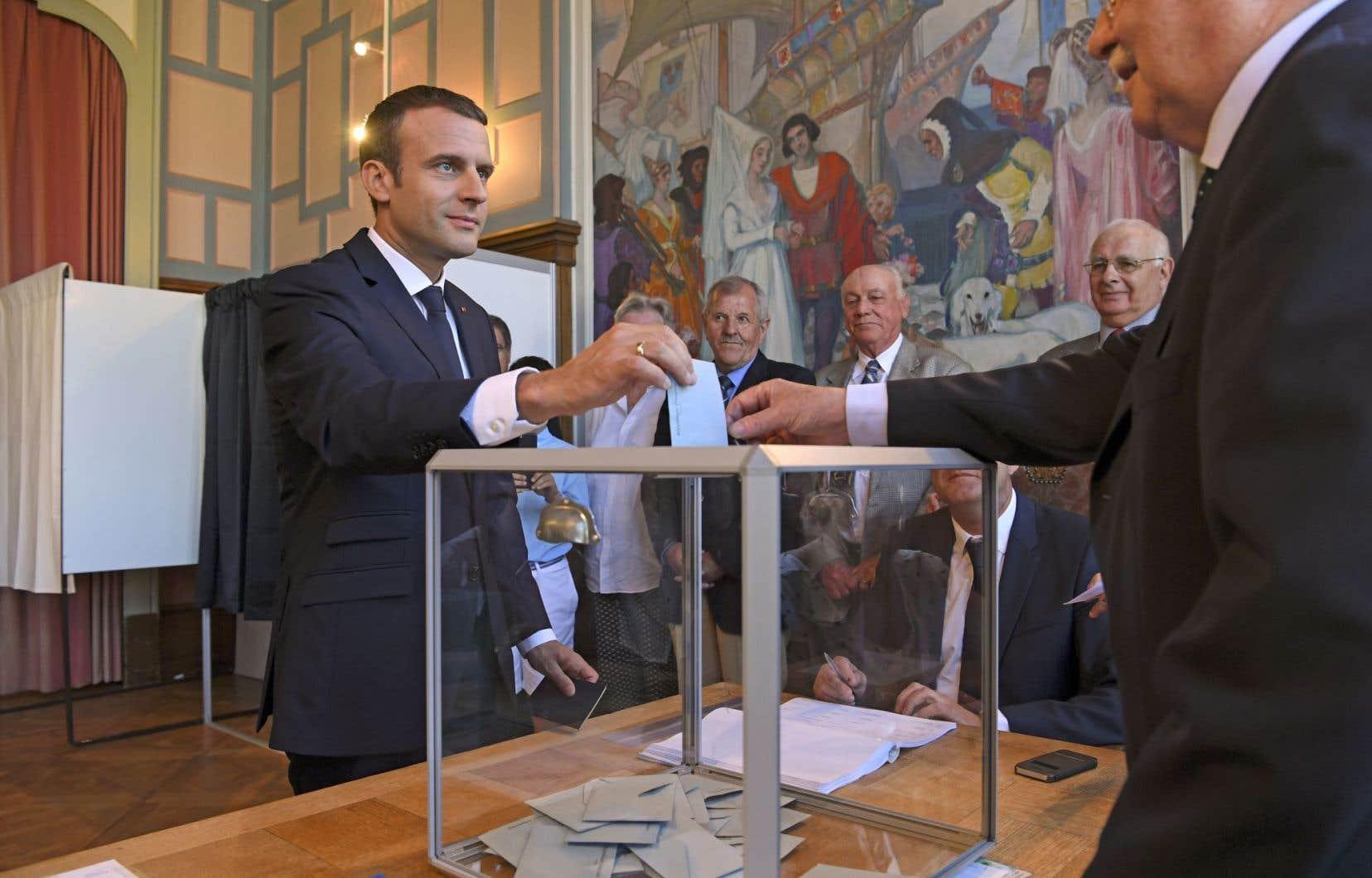 Le président français, Emmanuel Macron, a voté au Touquet dimanche, dans le nord du pays. Avec plus de 300 sièges, il pourra gouverner sans même faire de compromis avec le parti de son allié François Bayrou.