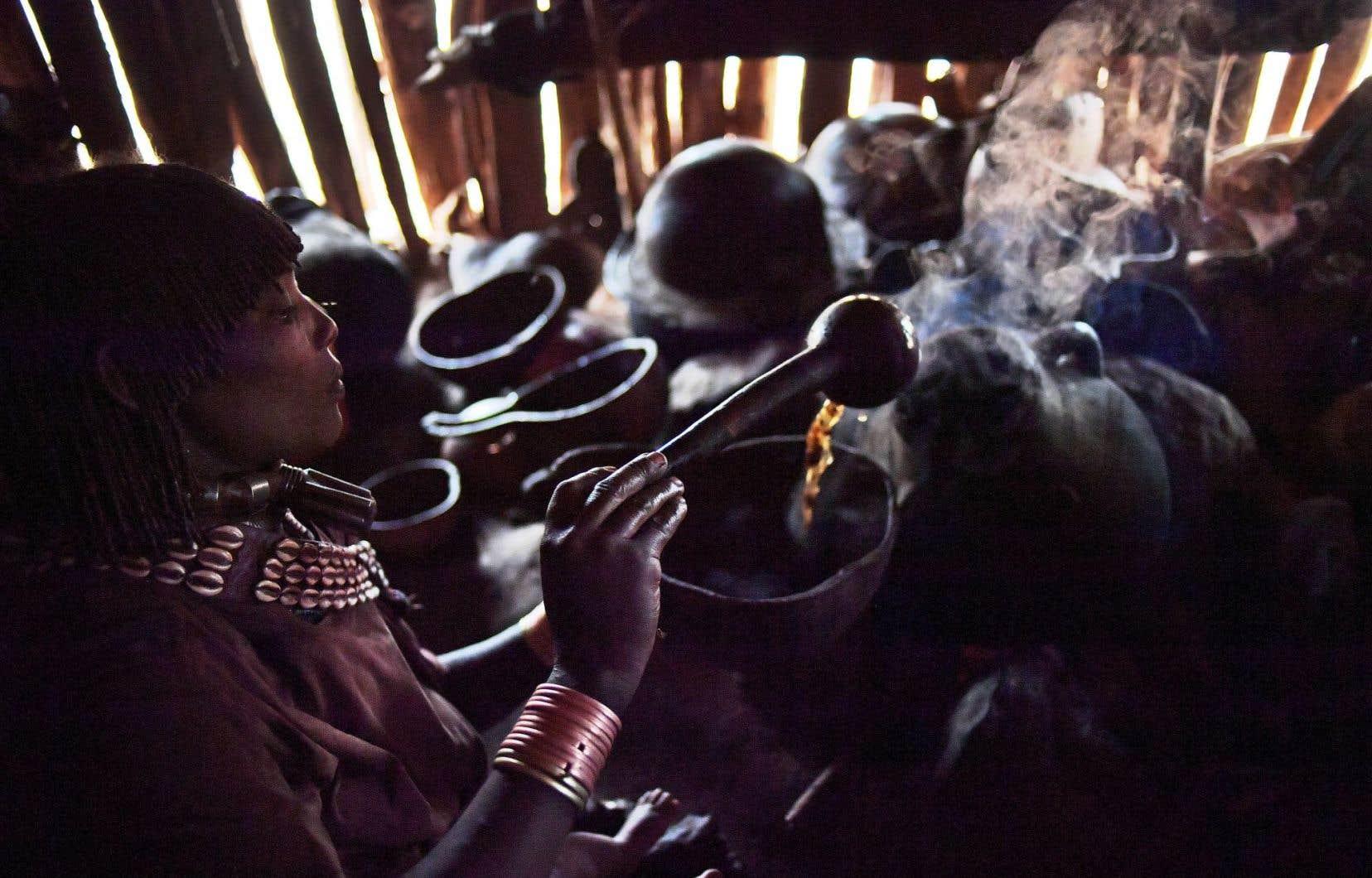 Une femme de la tribu Hamar prépare un café traditionnel près de Turmi, dans le sud du pays. L'Éthiopie est le cinquième producteur mondial de café.