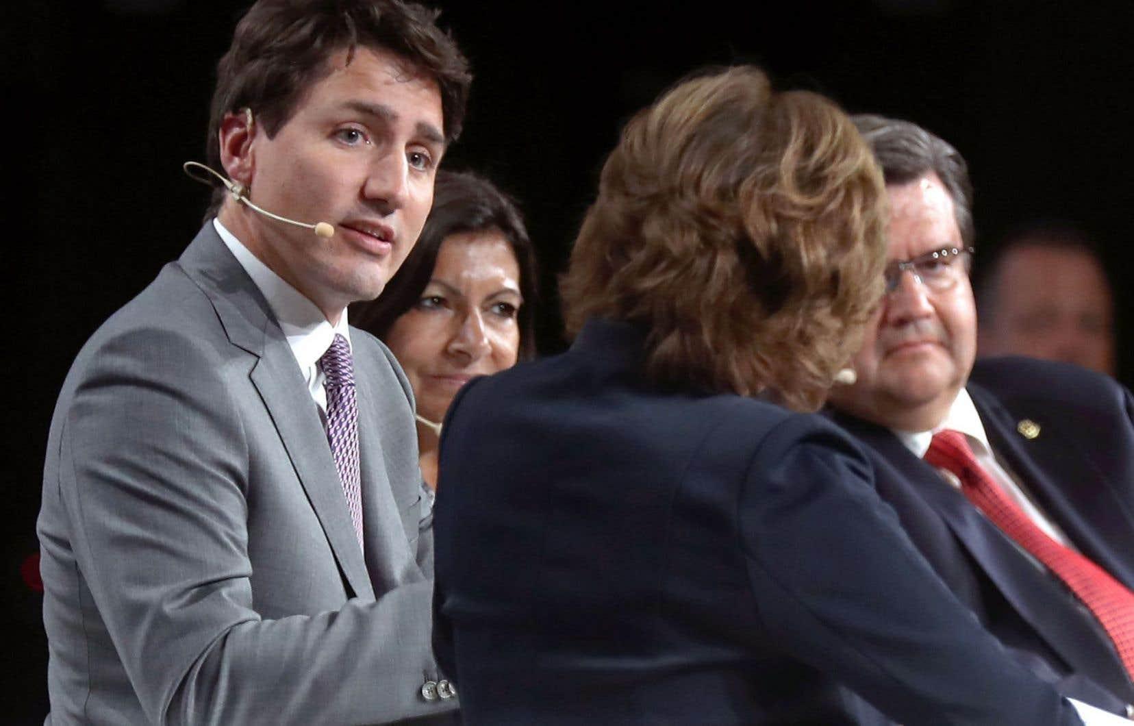 Le premier ministre du Canada, Justin Trudeau, la mairesse de Paris, Anne Hidalgo, et le maire de Montréal, Denis Coderre, ont répondu aux questions de la journaliste Céline Galipeau (de dos) dans le cadre du congrès Metropolis.