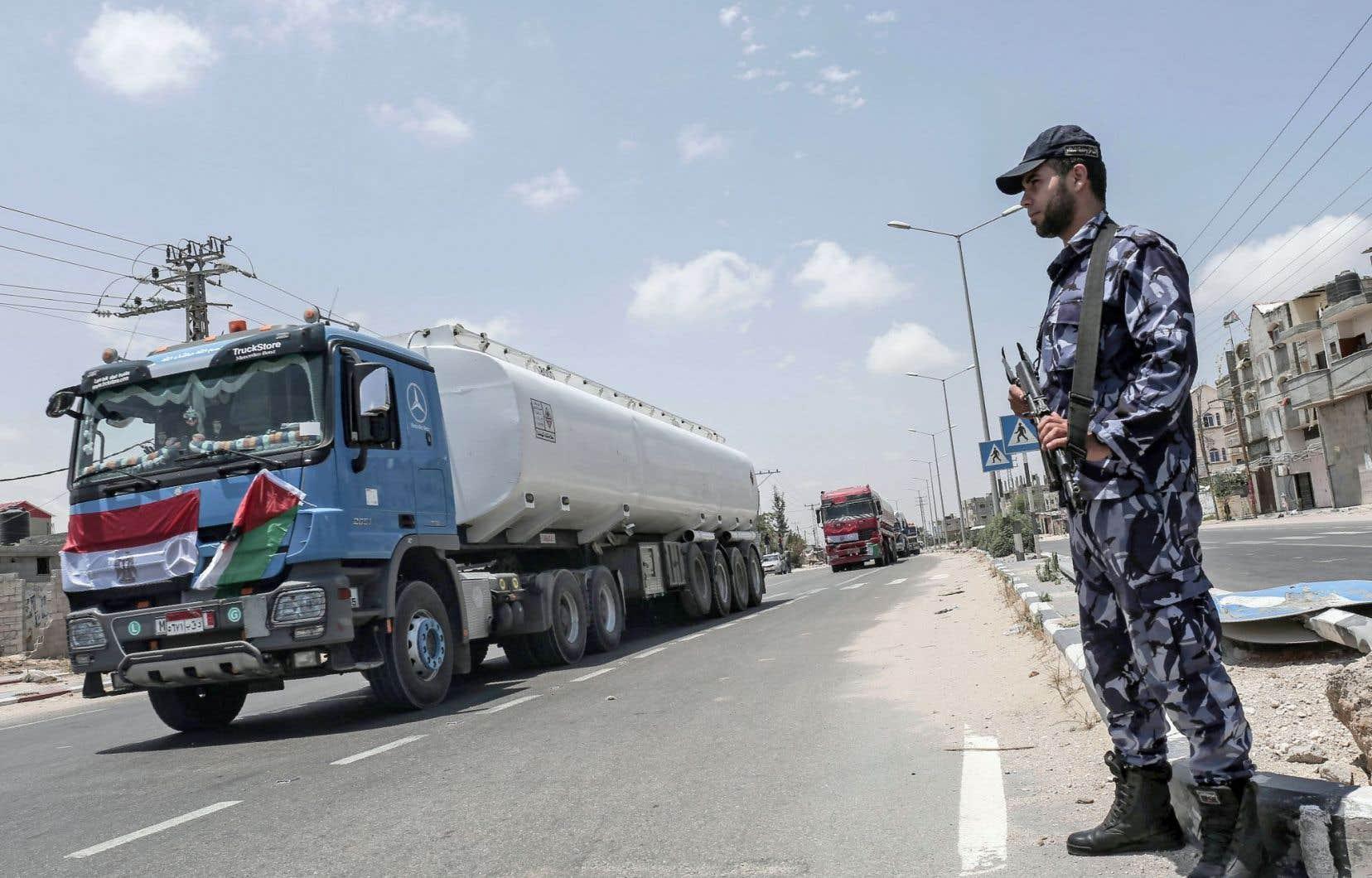 Les forces de sécurité palestiniennes surveillent l'arrivée des convois égyptiens.