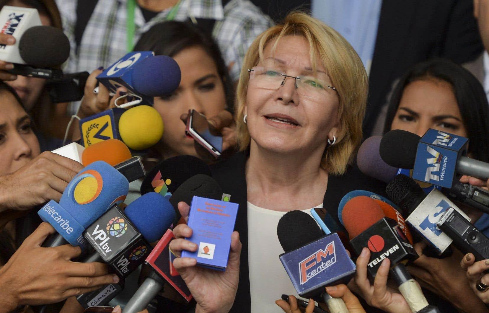 Le 15juin, lorsque Luisa Ortega a déposé devant la Cour suprême trois recours demandant l'annulation de la convocation de l'Assemblée constituante, elle a brandi le petit livre bleu de la Constitution de 1999, dénonçant la destruction de l'héritage de Chávez.