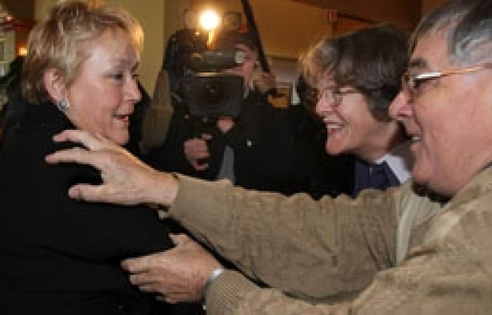 Des militants ont salué la chef du Parti québécois, Pauline Marois, en campagne à Sainte-Julie, hier.