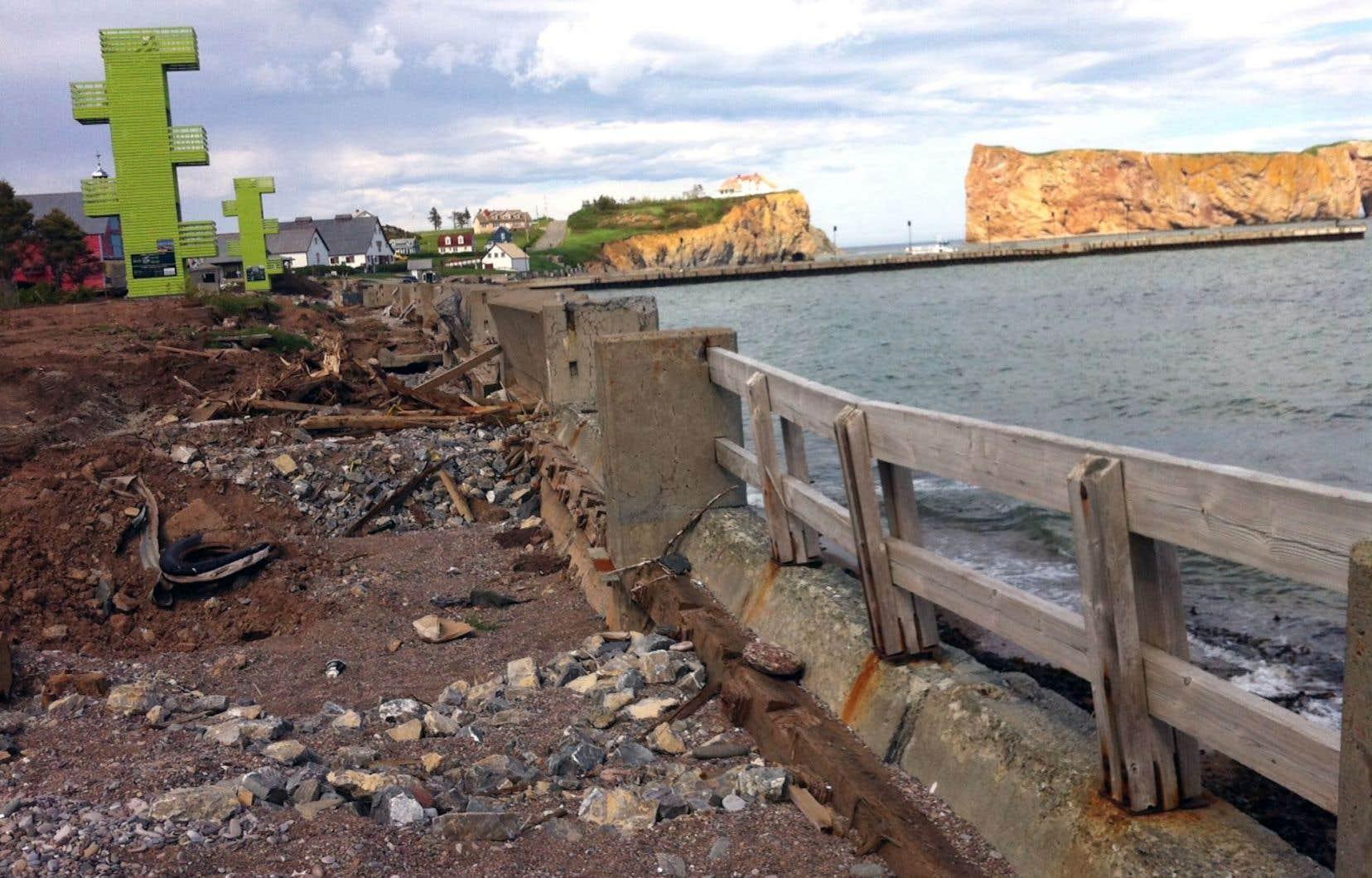 L'érosion du littoral du village de Percé et la destruction de toute sa promenade l'hiver dernier à la suite de tempêtes sont des preuves des conséquences de l'action humaine sur le climat, selon David Suzuki.
