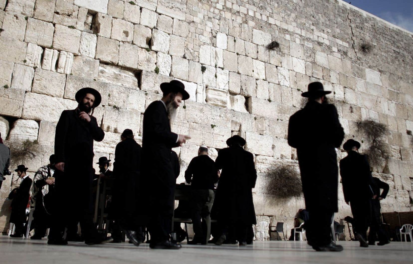 Des hommes issus de la communauté juive ultraorthodoxe prient au mur des Lamentations. Le lieu de prière est actuellement ségrégué entre espaces réservés aux hommes et aux femmes.
