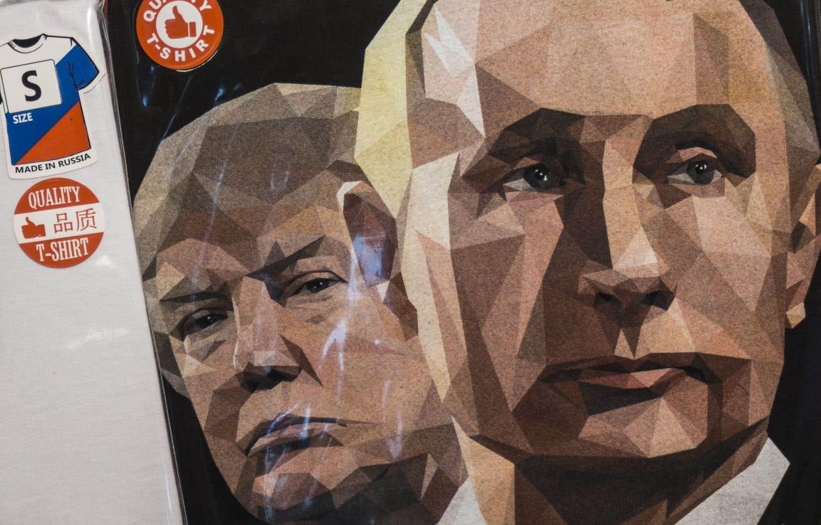 Un t-shirt à l'effigie des présidents Doanld Trump et Vladimir Poutine estexposédans une boutique de souvenirs àSaint-Pétersbourg.