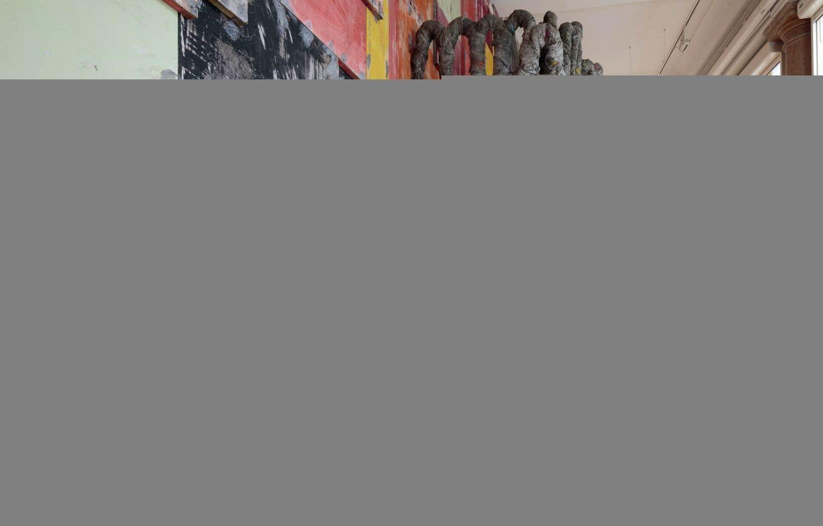Une vue de l'installation de Phyllida Barlow au pavillon britannique
