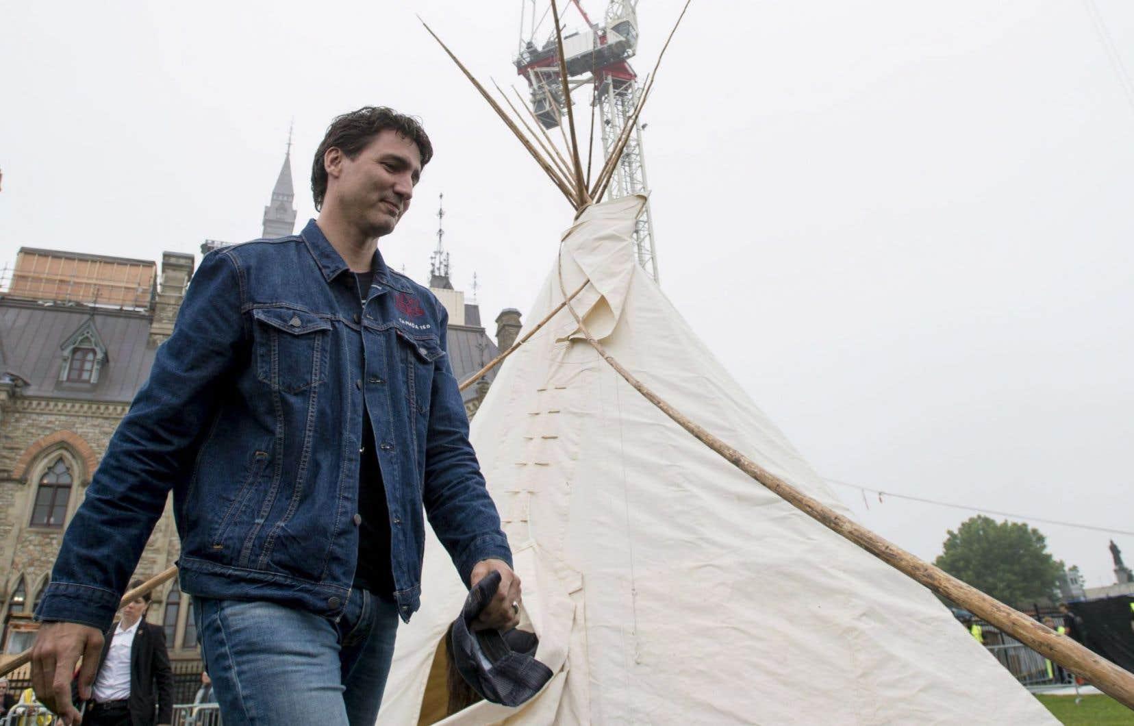 Le premier ministre Justin Trudeau et sa femme ont passé près d'une demi-heure à l'intérieur du tipi avec ces militants «protecteurs de l'eau».