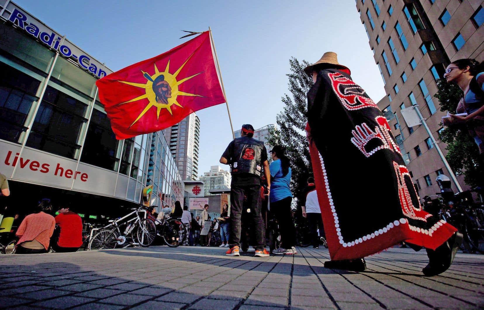 Des manifestants autochtones, dont un brandissant un drapeau mohawk, protestent contre le projet de pipeline Northern Gateway, à Vancouver. «Aujourd'hui, on voit partout les lignes de front du combat des autochtones», écrit Roméo Saganash.