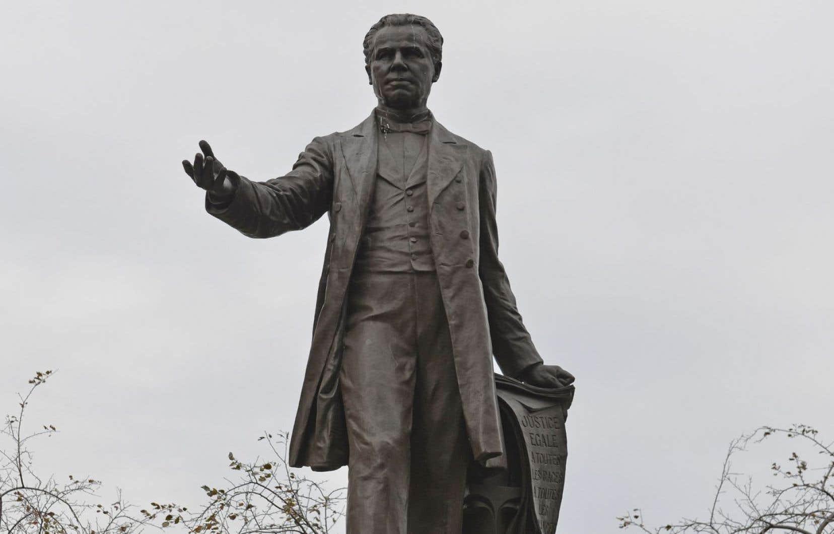 À Québec, la statue de l'un des Pères de la Confédération, George-Étienne Cartier, surplombe le parc Montmorency où ont siégé les premiers députés de la Province de Québec en 1867.