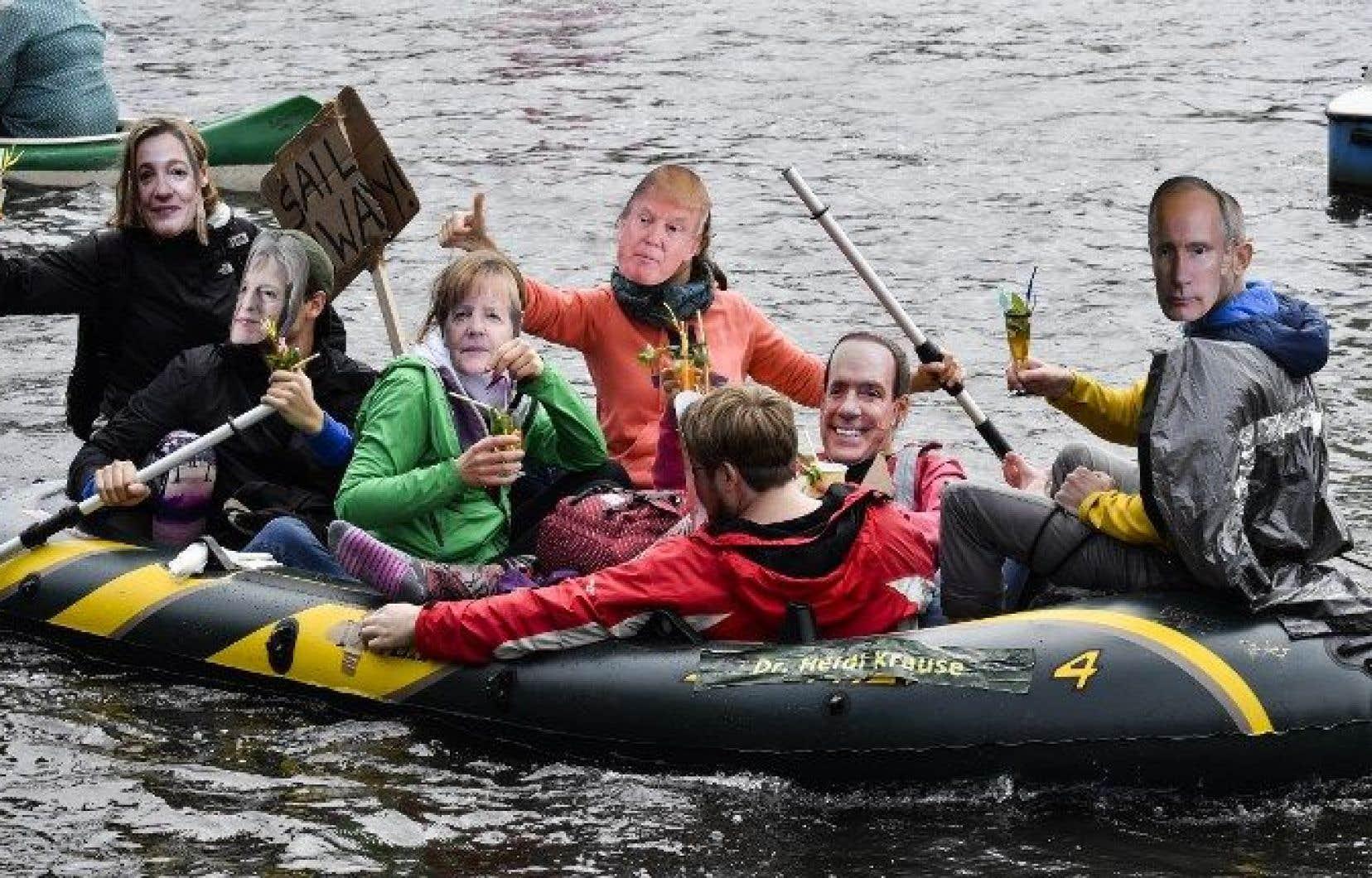 Des manifestants ont remonté l'Alster sur des canoës ou de petites embarcations en portant des masques des chefs d'État.