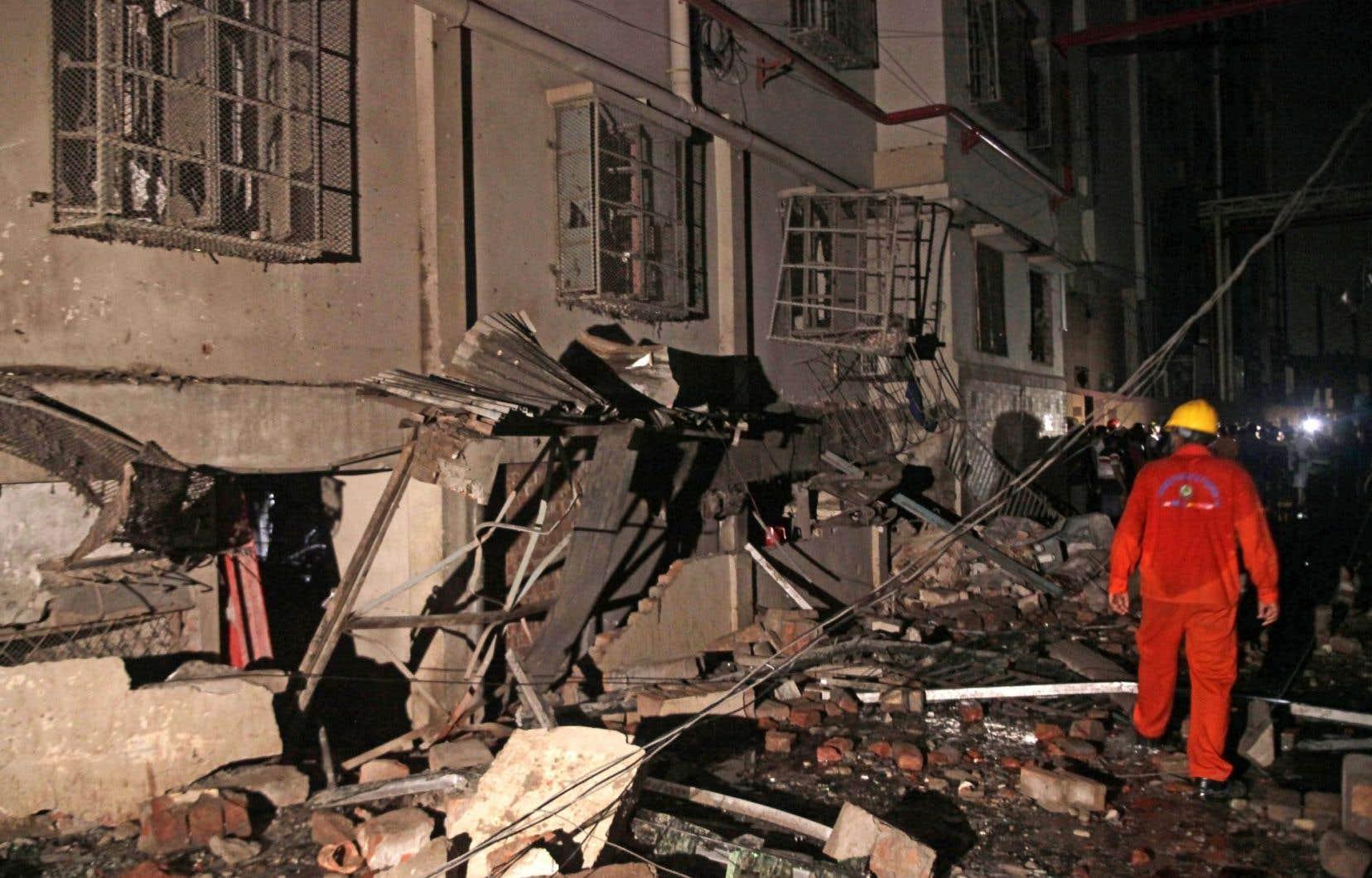 Un membre des équipes de secours, au centre des décombres après l'explosion