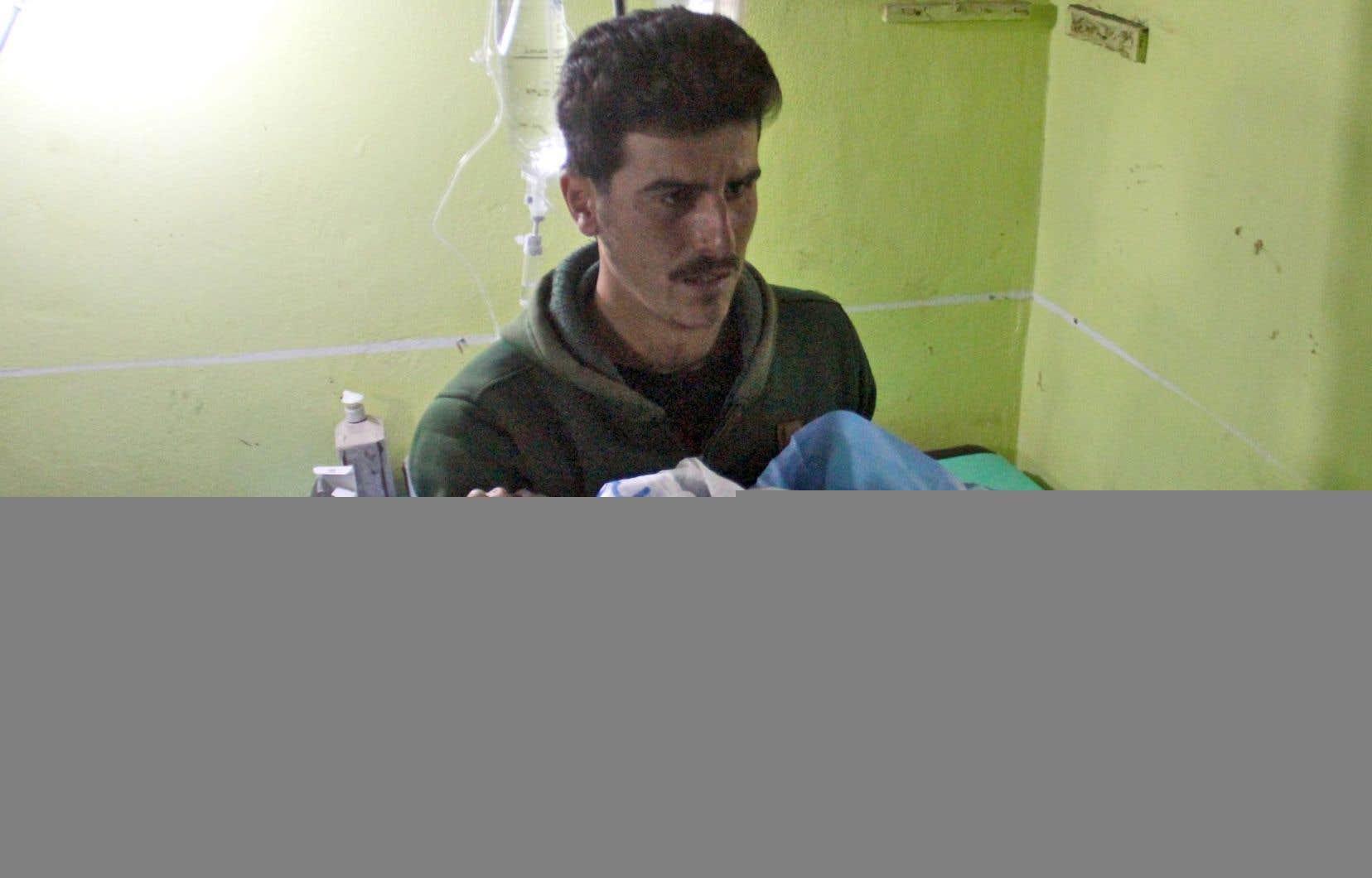 Un enfant syrien, inconscient après l'attaque chimique survenue le 4 avril dernier, est transporté d'urgence à l'hôpital de Khan Cheikhoun.