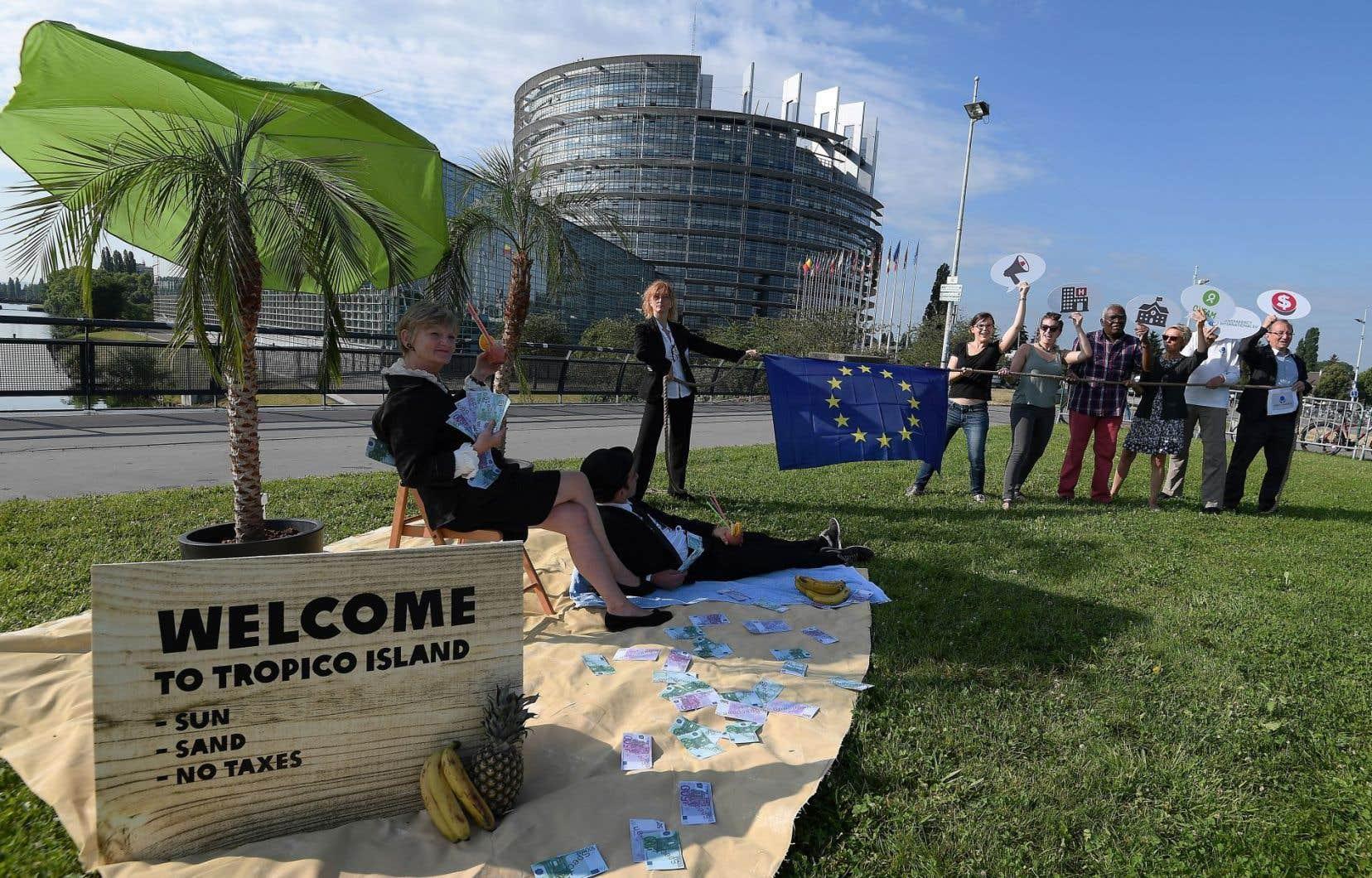 Oxfam a mis en scène de faux milliardaires dans un décor censé représenter un paradis fiscal devant le Parlement européen mardi.