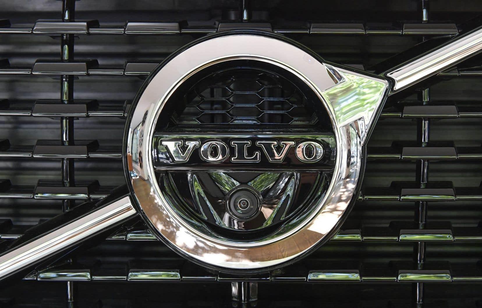 <p>Volvo ambitionne de son côté d'écouler un million de voitures électriques avant 2025, date à laquelle il souhaite que ses opérations de production deviennent <em>«climatiquement neutres».</em></p>