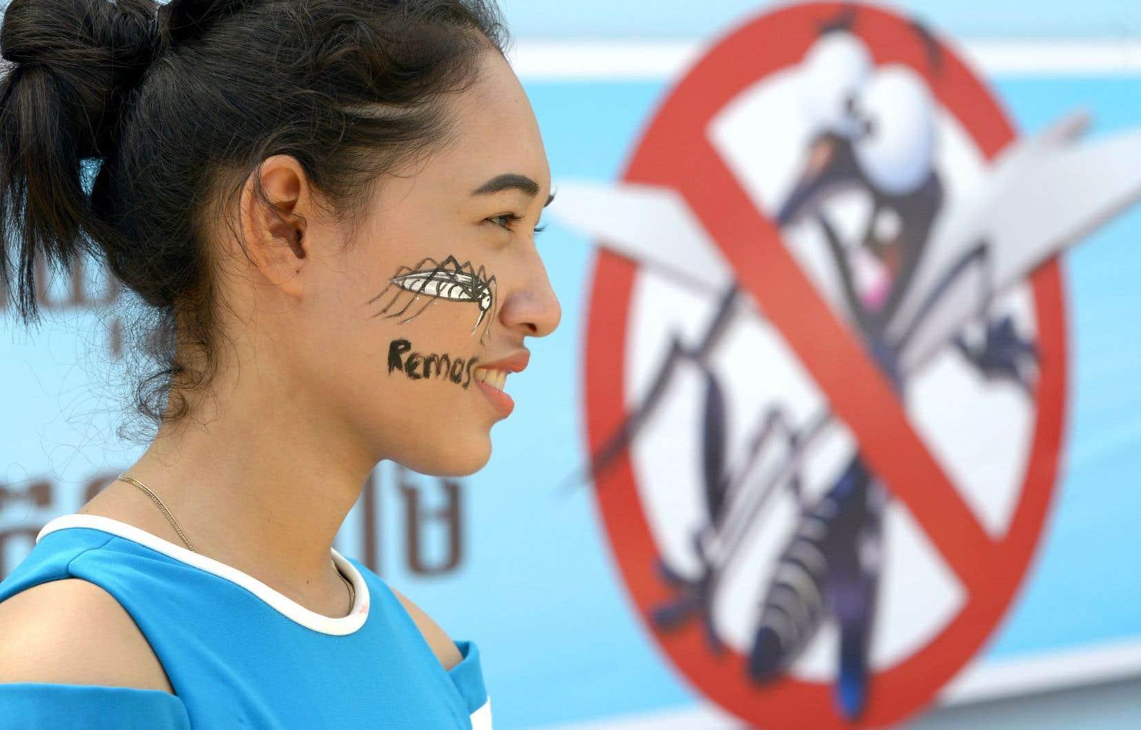 Une jeune femme s'est fait dessiner un moustique sur la joue dans le cadre d'une campagne de lutte contre la dengue à Phnom Penh au Cambodge.