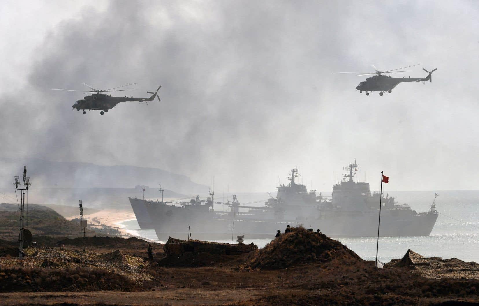Des véhicules militaires russes participent à un exercice militaire au large de la Crimée. Les relations entre Moscou et Washington sont au plus bas depuis la fin de la guerre froide après l'annexion de cette région ukrainienne par la Russie en 2014.
