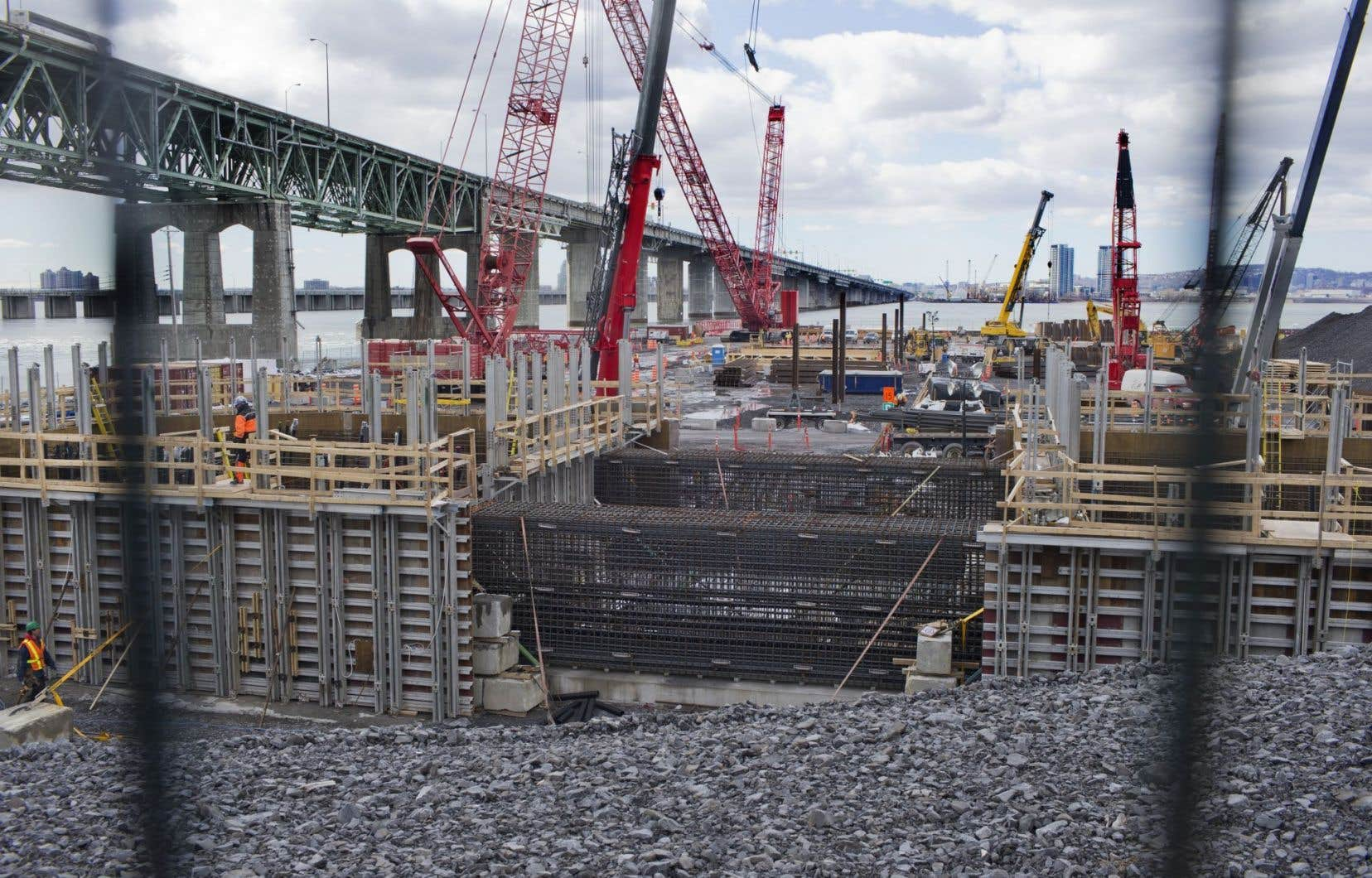 Trois entreprises se sont adressées cette semaine à la Cour supérieure pour forcer le ministère des Transports du Québec à accélérer l'octroi de permis pour le transport de pièces du nouveau pont Champlain.