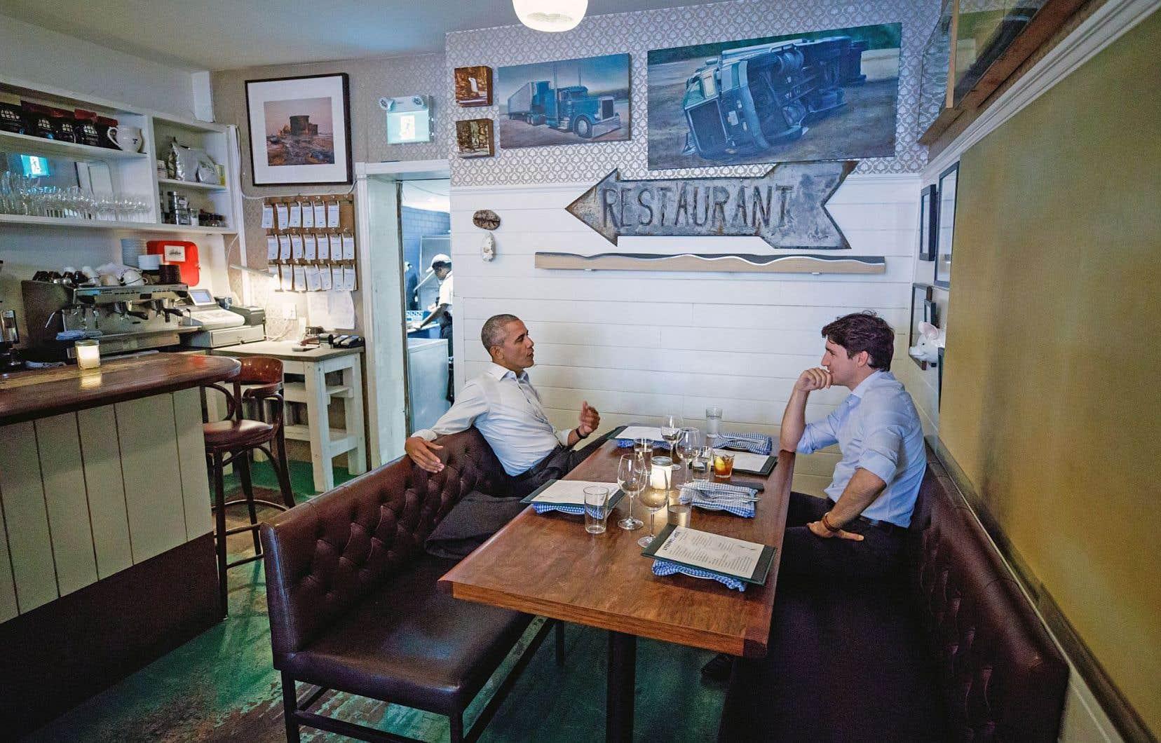 La photo a fait le tour du monde: l'ex-président Barack Obama soupant début juin dans un resto montréalais avec son pote Justin Trudeau, tous deux en bras de chemise.