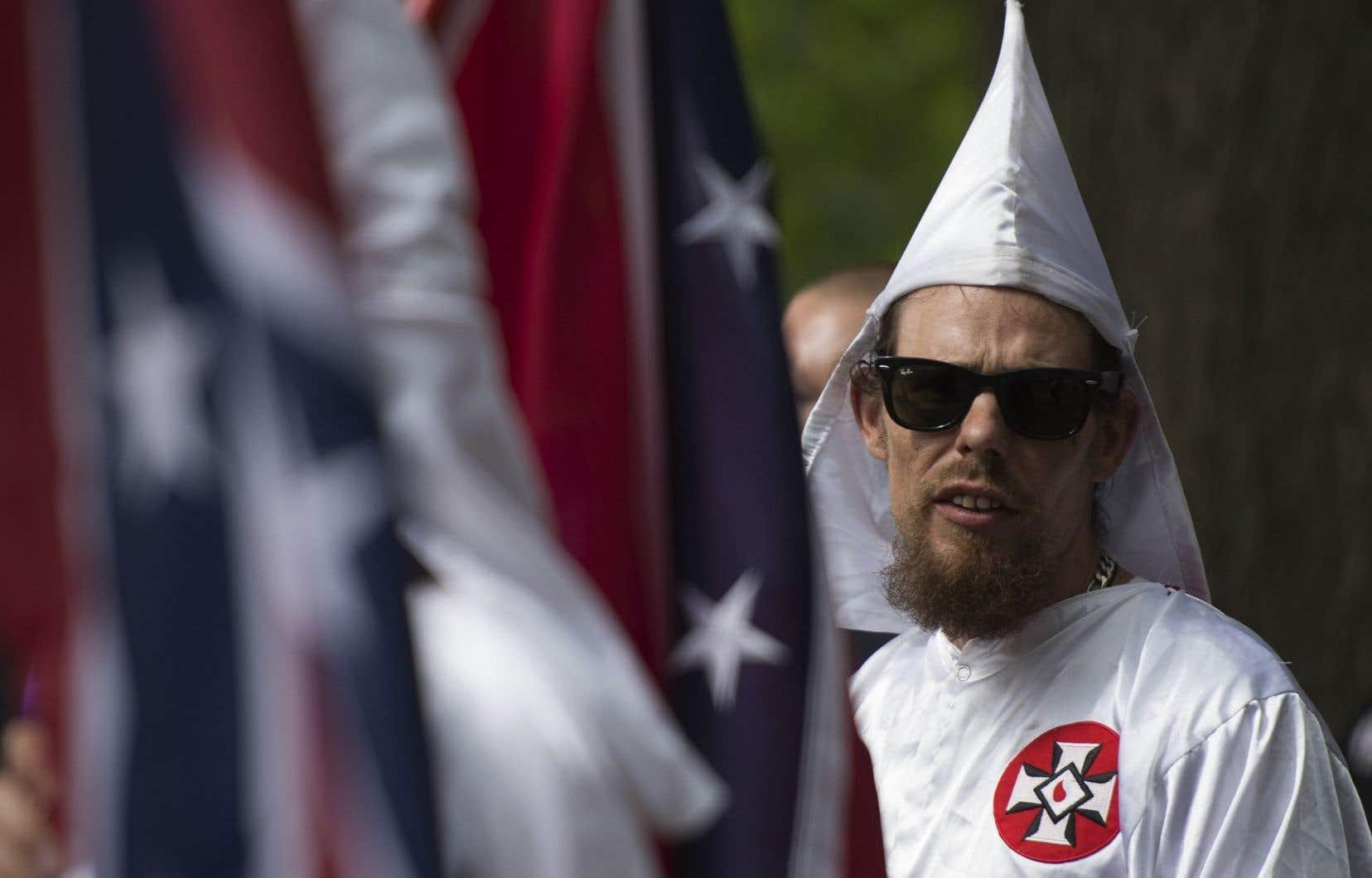 Un membre du Ku Klux Klan lors d'un rassemblement appelant à la protection des monuments confédérés du sud, à Charlottesville, en Virginie.