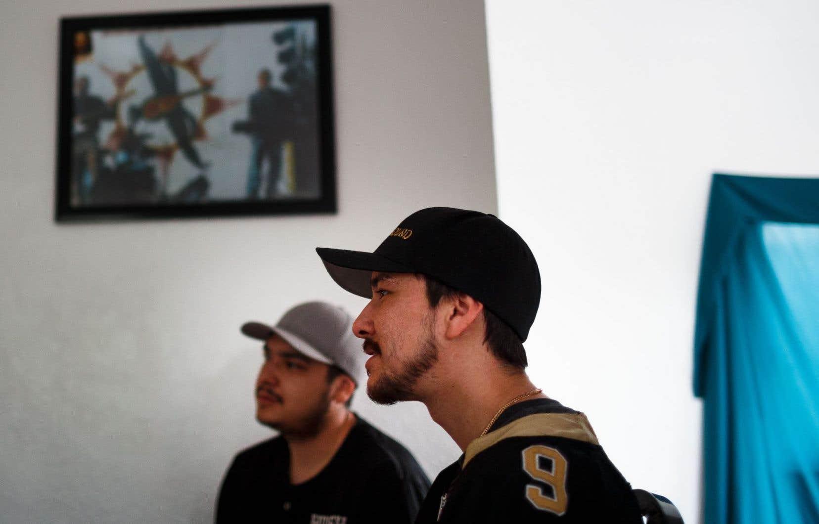 Allan (au premier plan) et Christian Nabinacaboo ont un groupe de rap, Violent Ground. Les paroles de leurs chansons sont en anglais.